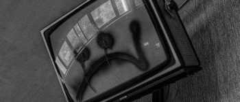 انگشتتان را در چشم مردم نکنید , نقش پررنگ تلویزیون نسبت به توزیع اندوه